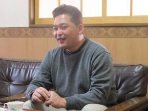 インタビューに応える吉村一彦様の写真
